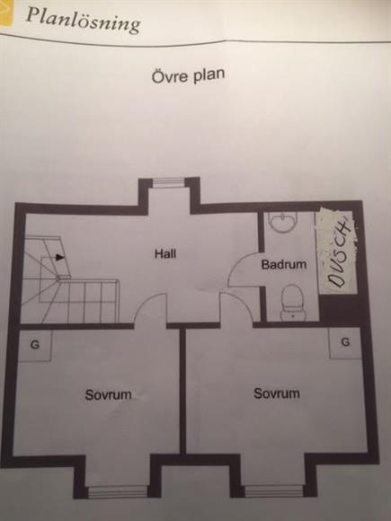 Övre plan.  2 sovrum. Möblerar allrum. Nyrenoverat badrum. Ingång till kallvind.