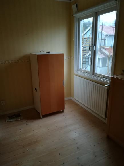 Del 1 av andra sovrummet på övervåningen, fönster mot gatan.