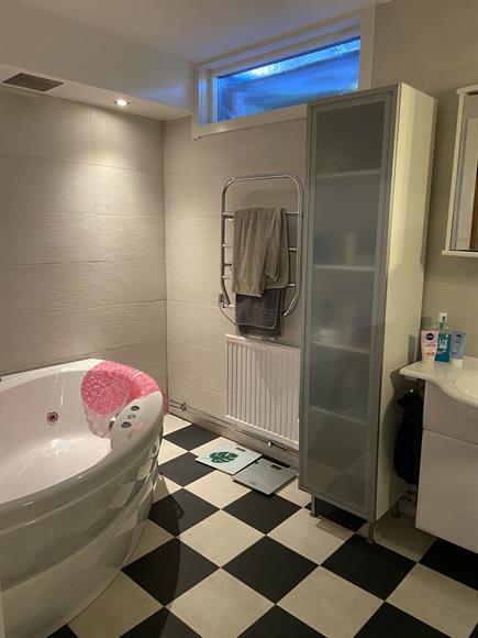 Badrum på nedre våningen med bubbelbadkar
