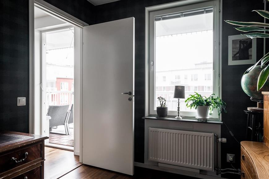 Det lila sovrummet, kan även användas som ett kontor.