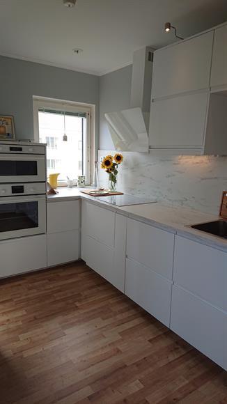 Ljust kök med nyare och fräscha vitvaror då lägenheten knappt används sedan renovering. Mikrovågsugn, kyl, frys, ugn, spis och diskmaskin.