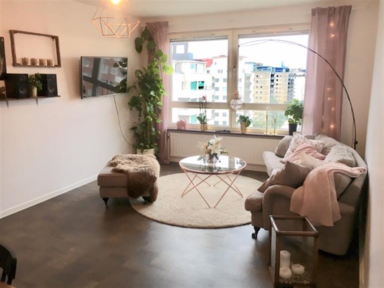vardagsrum med öppen luftig utsikt, plats för både soffgrupp och matsalsbord