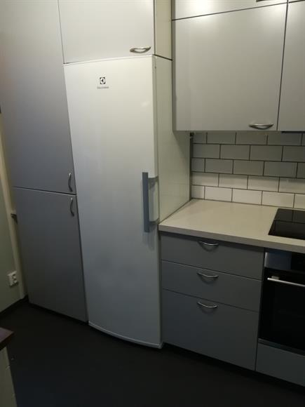 Del två av kök, induktionshäll och ugn med ång-funktion. Vitvarorna är ett par år gamla.