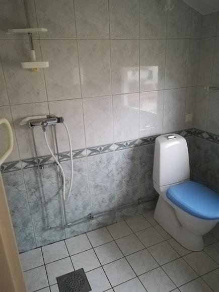 Dusch och toalett på övervåningen.