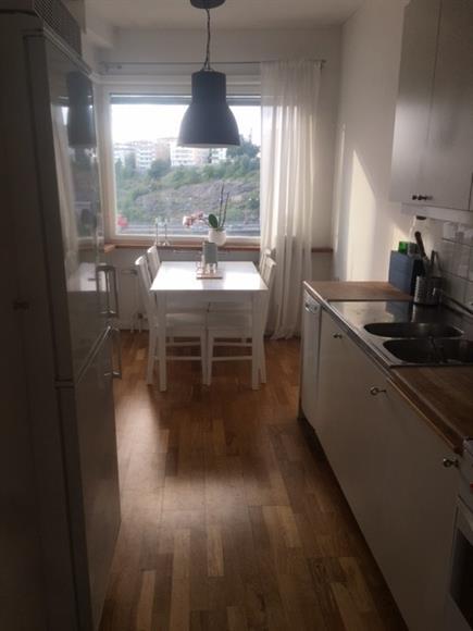 Kök med matbord för 4 personer med utsikt över kungsholmen.