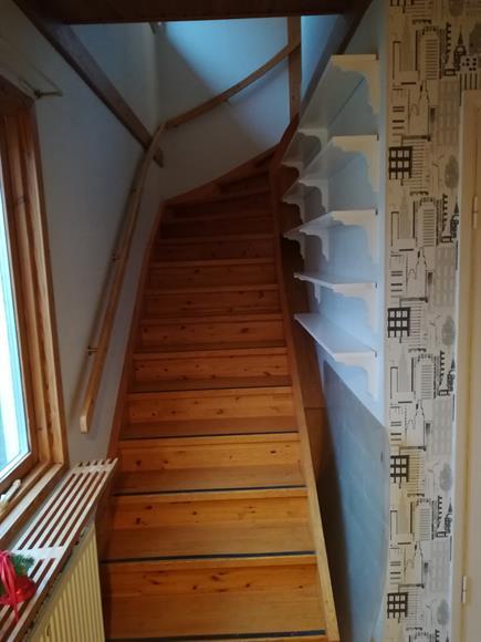 Trappa till övervåningen, bredvid trappan till källaren.