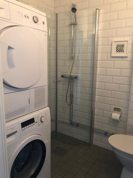 Badrum med tvättmaskin och torktumlare.
