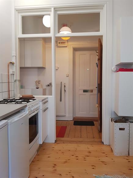 Köket har gasspis och även här är det  fina glaspartier ut mot hallen.