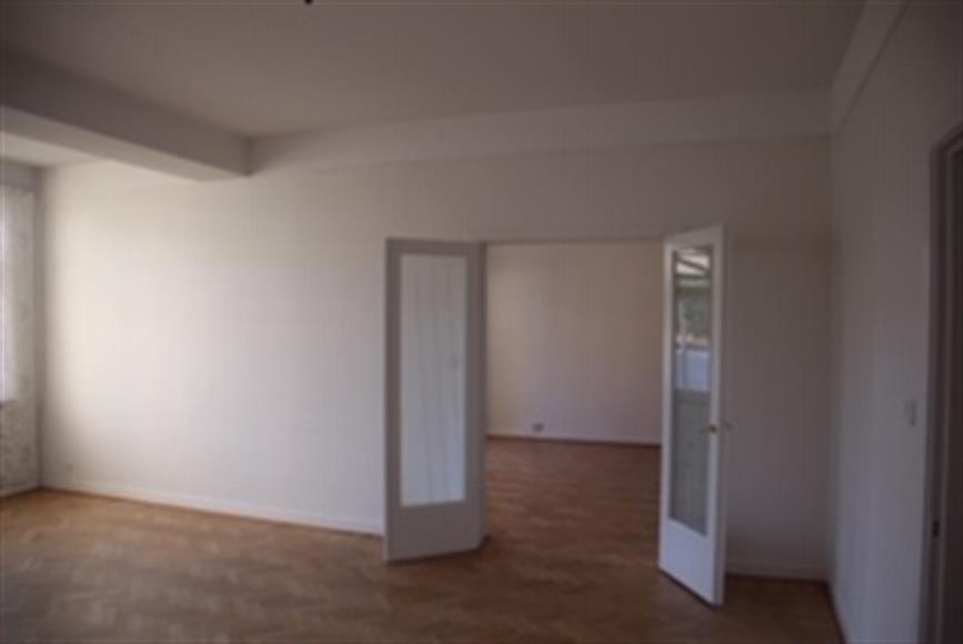 Vardagsrum alternativ matsalsrum med dubbeldörrar in till rummet ni såg på föregående bild