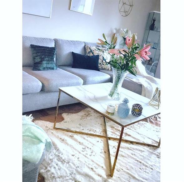 Stilrent vardagsrum med en mysig och rymlig soffa