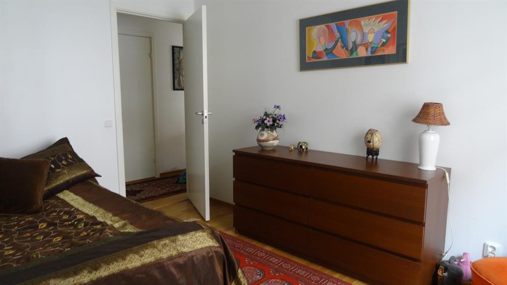 Stor sovrum med möjlighet till en dubbelsäng. Bra förvaring med två walking-closet samt flera gardrober i hallen.