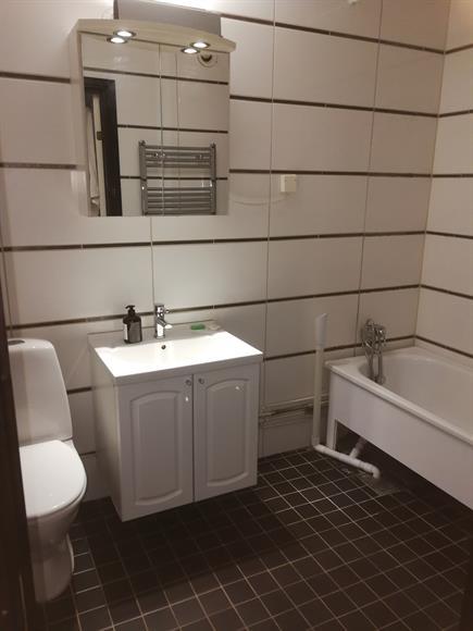 Fräsch och ljust badrum med badkar.
