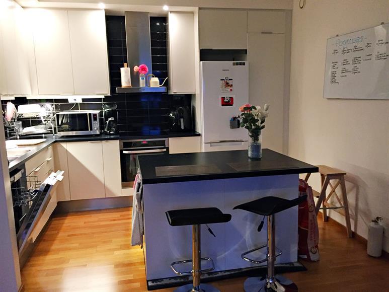Modernt kök komplett med köksö, ugn/spis, kyl/frys, diskmaskin och inbyggd mikrovågsugn. Öppen planlösning mot vardagsrum och gott om förvaringsutrymme.