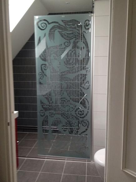 Nyrenoverad dusch i övre plan.