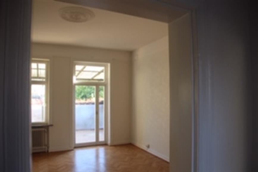 Rum som kan användas som vardagsrum eller matsals och med utgång till terass