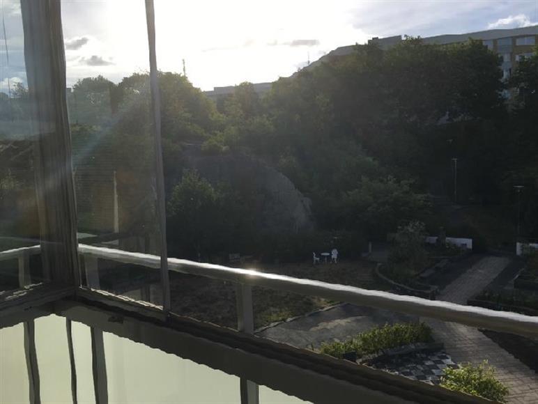 Stor och härlig inglasad balkong.