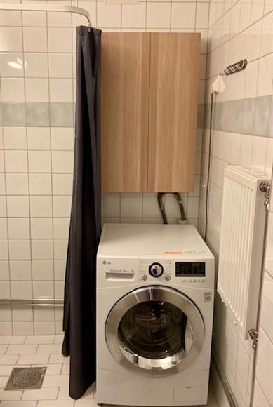 Tvättmaskin med inbyggd torktumlare. Stor tvättstuga finns i föreningen.