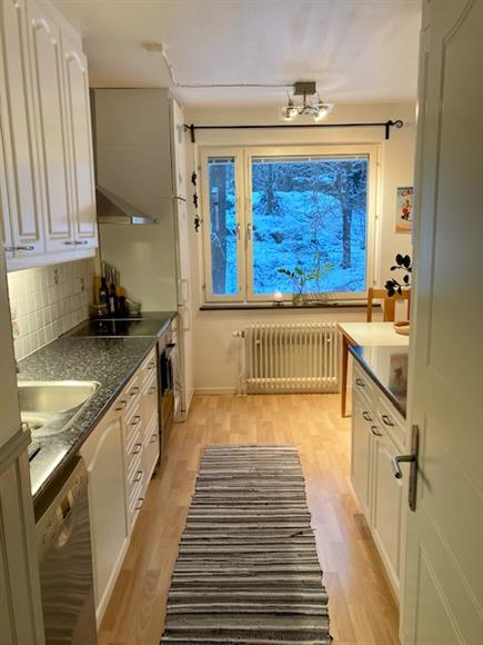 Köket med ingång från hallen.