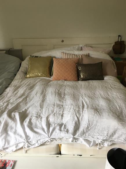 Stort sovrum med två stora fönster. Dörr ut mot vardagsrum samt hall. Gardrober tillgängliga.