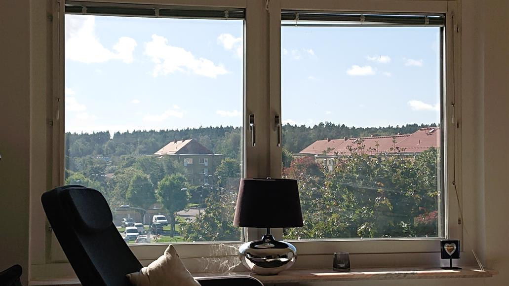 Ljust och trevligt vardagsrum med hörnsoffa TV och matsalsgrupp. Fin utsikt över området.