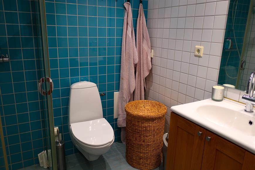 Badrum med golvvärme och kombinerad tvättmaskin och torktumlare
