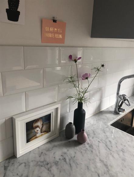 Kök med marmorbänkskiva.