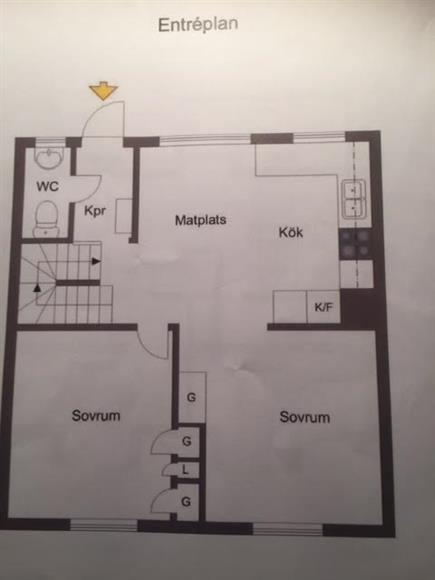Mellan våning. Rymlig kök.  Master bed room. Ett rum som kan användas som sov rum, matrum eller sovrum. Renoverad gäst toalett i hallen. Huvud ingång med uteplats mot gatan.