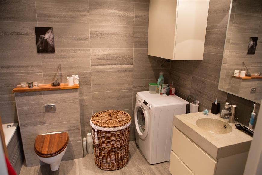 Stort badrum med egen tvättmaskin.
