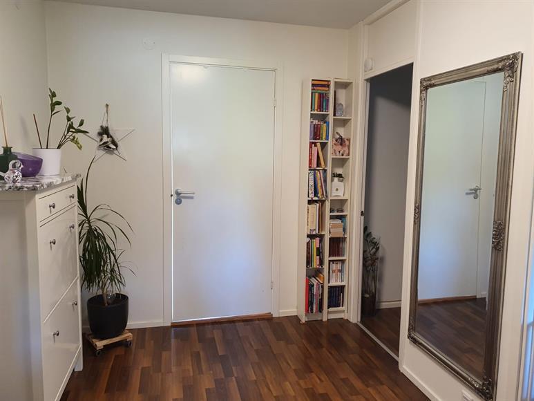 Hallen är en knutpunkt där man kan gå in till badrummet  , sovrummet, köket eller vardagsrummet.