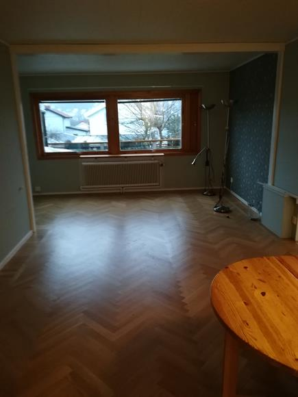 Ett av vardagsrummen i anslutning till köket. Nyslipat parkettgolv