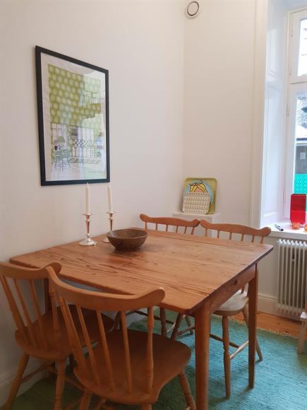Ljust kök med plats för 4 personer med fina djupa sekelskiftsfönster och helt nylagt trägolv.