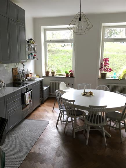 Stort kök i anslutning till vardagsrum (öppen planlösning). Stora arbetsytor, diskmaskin, varmluftsugn.