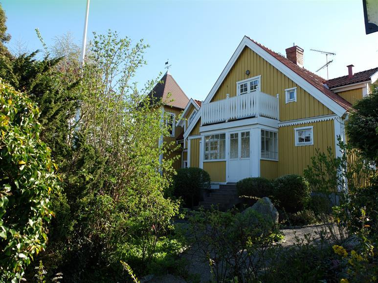 Huset från annan vinkel. Punchveranda och balkong.