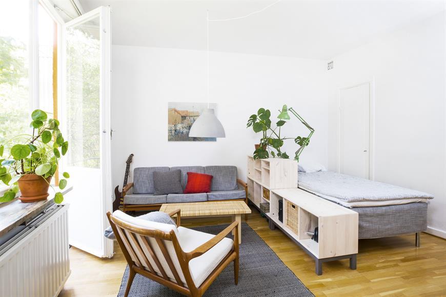 Vardagsrum med sängen mot klädkammaren