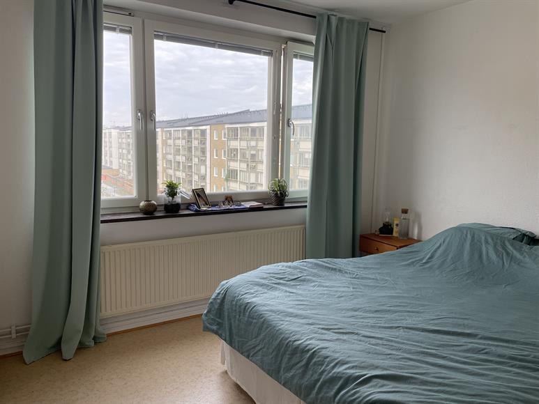 Sovrum med plats för dubbelsäng. Har fyra stora inbyggda garderober (ej i bild).
