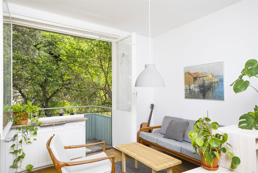 Vardagsrum/sovrum mot balkong