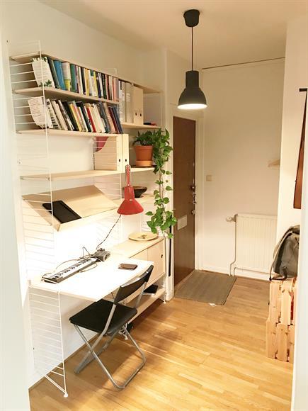 Hall med skrivbordsplats och bokhylla