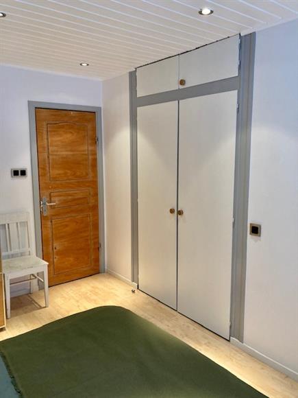 Inbyggda garderober i sovrummet. Dörr ut mot hallen.