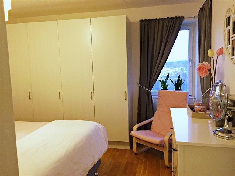 Luftigt sovrum med plats för dubbelsäng. Gott om garderobsutrymme och ljusinsläpp.