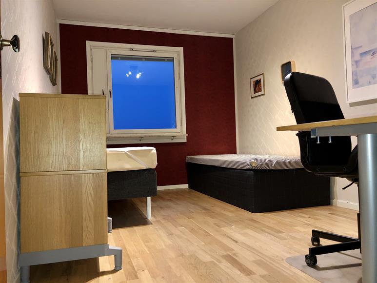 Sovrum med två enkelsängar samt kontorshörna.