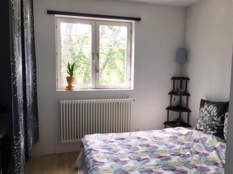Sovrum med 180 säng, rymlig garderob och litet skrivbord