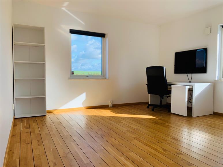 Till höger om hallen ligger en stor kontorsplats med skrivbord och 40 tums TV som kan kopplas till dator, samt bokhylla. Här finns även möjlighet att göra om rummet till sovrum/gästrum genom att lägga till en dubbel/säng.  To the right of the hallway is a large office space with a desk and a 40-inch TV that can be connected to a computer, and to the opposite corner is a bookshelf. It is also possible to convert the room into a bedroom / guest room by adding a double / bed.