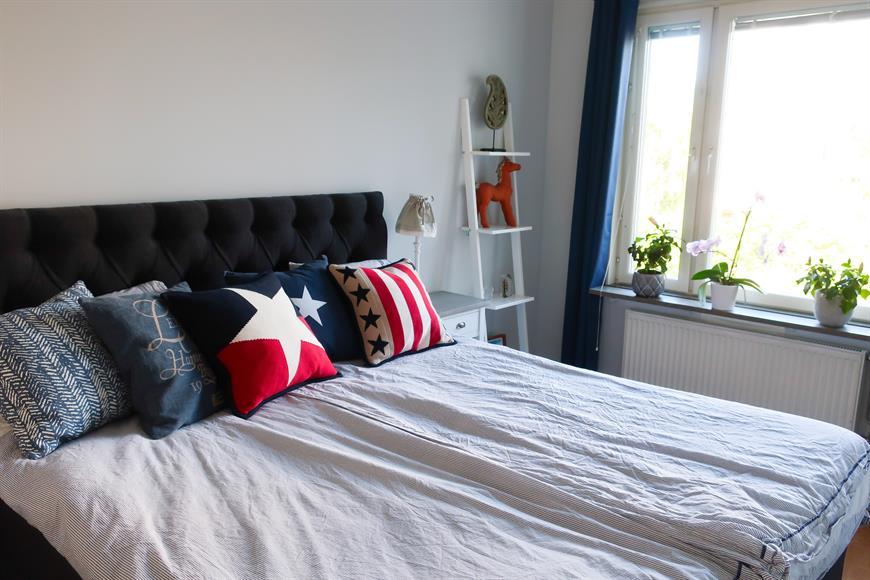 Sovrum med 180 cm continentalsäng och platsbyggda garderober med bra förvaring