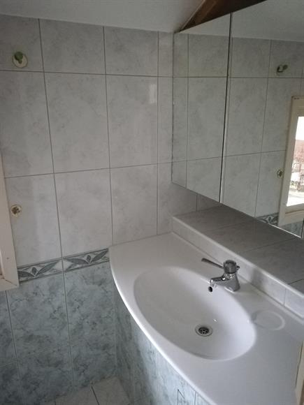 Handfat med spegel och förvaring på övervåningen.