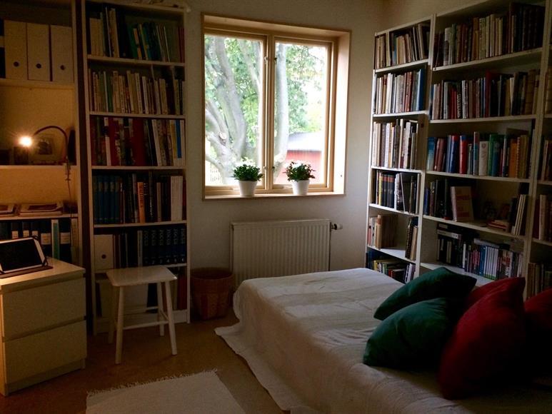 Bibliotek med viloplats, även gästrum.