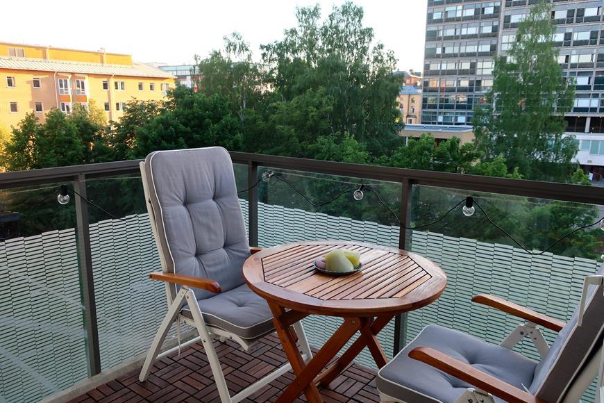 Rymlig balkong mot lugn innergård med möjligheter till grillning