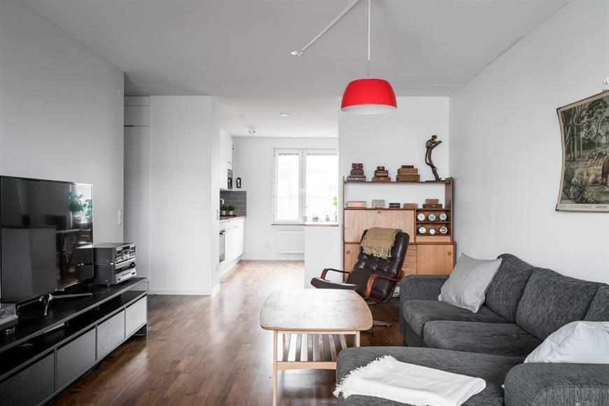 Stort och öppet vardagsrum med härligt ljusinsläpp.