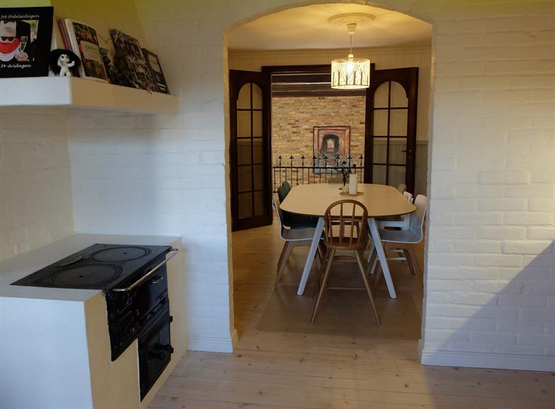 Matsal med utsikt från köket. Förbi matsalen ses vardagsrummet, en halv trappa ned.
