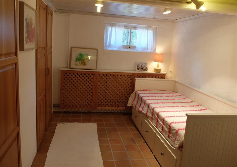 Sovrum i källarplan med utdragbar bäddsoffa