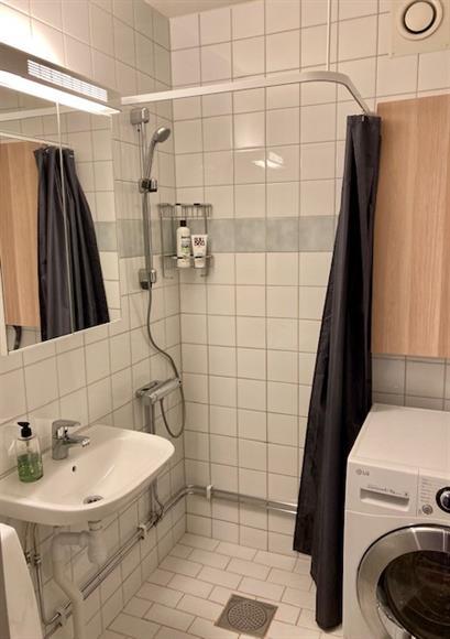 Badrum med ducsh, beläget i hallen mellan sov-och vardagsrum.